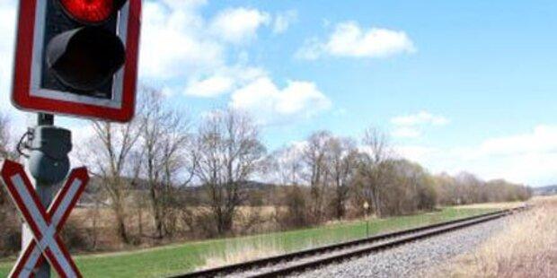 Kleinbus kollidierte mit Zug: Ein Verletzter