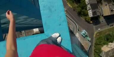 Russin riskiert irren Balanceakt auf Dach