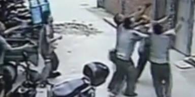 Männer fangen Kind aus fünften Stock