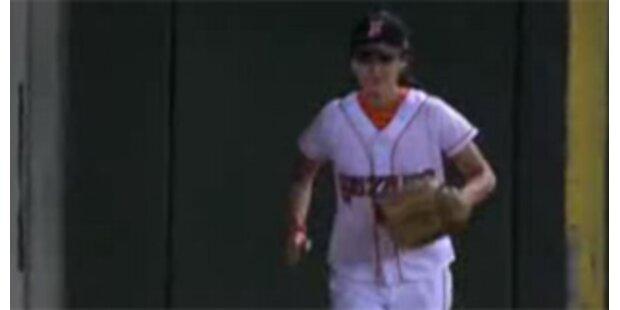 Ballgirl stiehlt Profi-Baseballern die Show