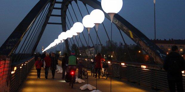 Berlin zeichnet Mauer aus Ballonen nach