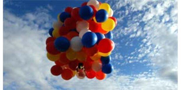 Flug im Gartenstuhl mit 150 Ballons