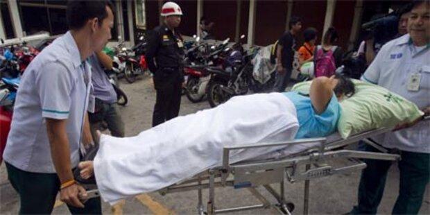 Rothemden stürmen Krankenhaus in Bangkok