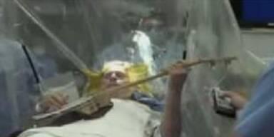 Musiker spielt Banjo mit offenem Schädel