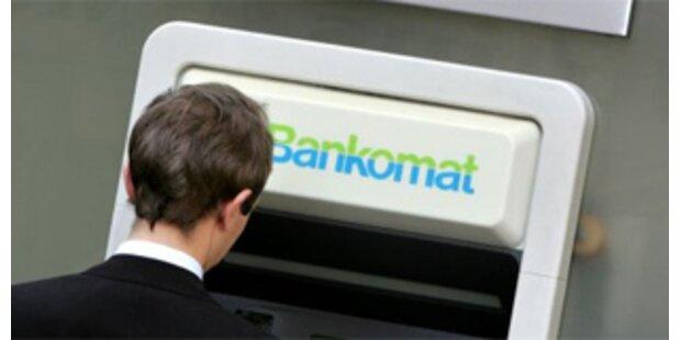 Unbekannter knackt Bankomat mit Brecheisen