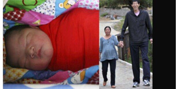 Größter Mann der Welt ist Vater