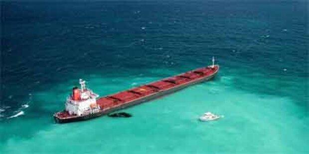 Frachter vom Great Barrier-Riff geschleppt