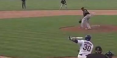 Catcher fängt Ball zwischen den Beinen