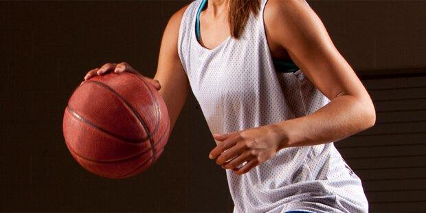 Basketball explodierte in den Händen einer jungen Frau