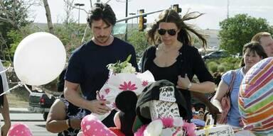 Christian Bale besucht die Opfer