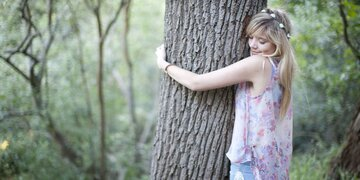 Ab in den Wald!: Wie Bäume umarmen vor Krebs schützt
