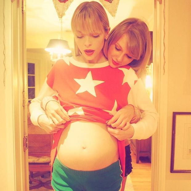 Jaime King zeigt Babybauch und Patentante Taylor Swift