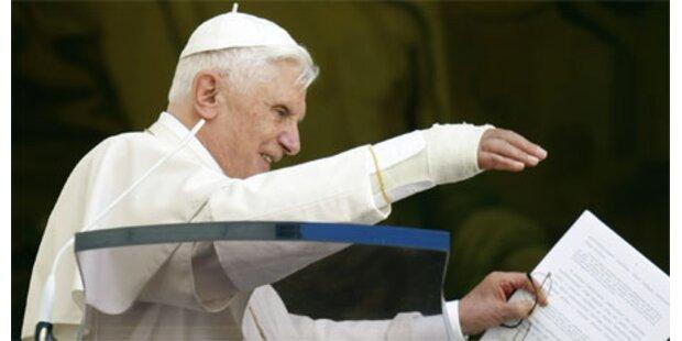 Ärzte nehmen Papst den Gips ab