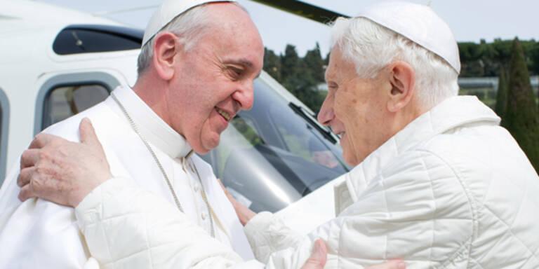 Zwei Päpste umarmen sich