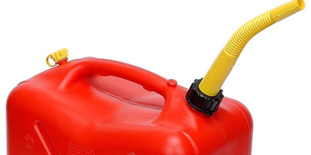 Bursche wollte Flammen mit Benzin löschen