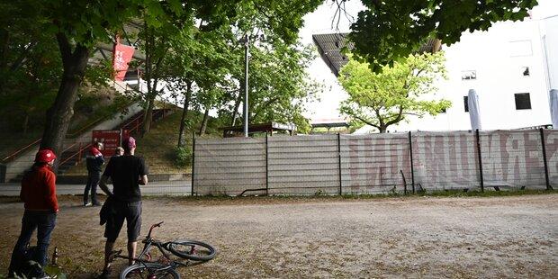 Fans kletterten bei Berlin-Match neben Stadion auf Baum