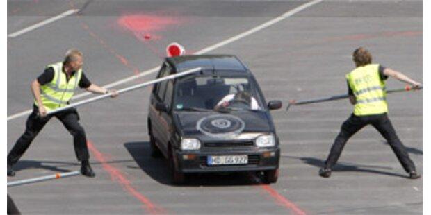 Auto fuhr in Absperrung vor Ort des Obama-Auftritts