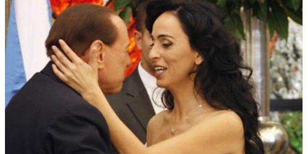 Sexy Sängerin flirtet mit Berlusconi