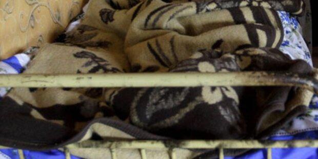 Einbrecher klettert zu Opfer ins Bett