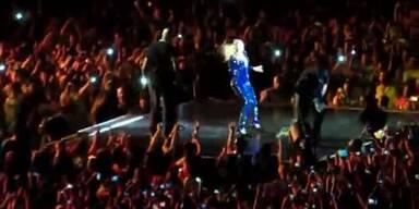 Schreck: Fan zieht Beyonce in die Menge