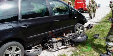 Junger Biker stürzte: Von Auto überfahren