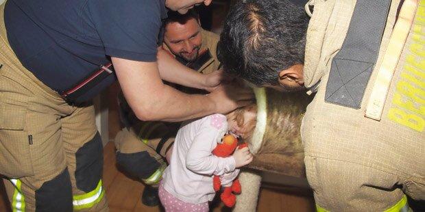 Amelie (4) steckte mit Kopf im Katzenbaum