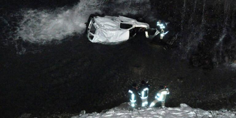 Alkolenker stürzt mit Pkw 65 Meter in Bach