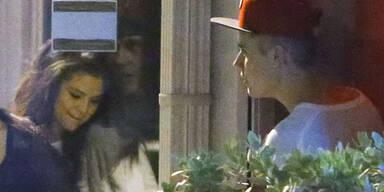 Sind sie nun wieder zusammen oder sind sie nicht? Daraus machen Justin Bieber und Selena Gomez nun schon seit Wochen ein großes Geheimnis. Nun wurde die süße Sängerin dabei erwischt, wie sie ihren On/Off-Freund im Studio in Miami besuchte. Schnell huschten die beiden ins Gebäude, aber verstecken konnten sich die beiden nicht. Läuft da etwa wirklich wieder was?