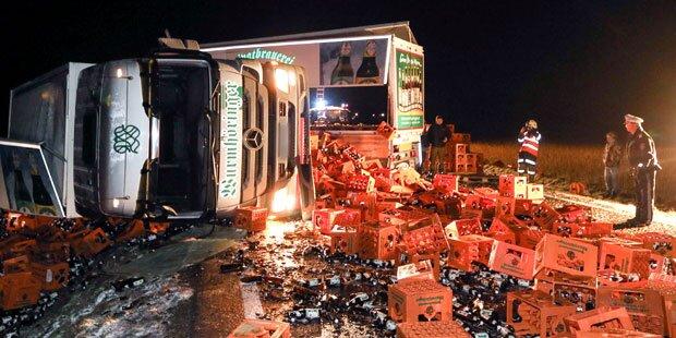LKW mit 28.000 Flaschen Bier umgekippt