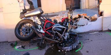 Biker crasht in Kirchenmauer – tot