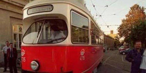 Schülerin von Straßenbahn angefahren