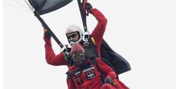 Bischof sprang für guten Zweck mit Fallschirm ab