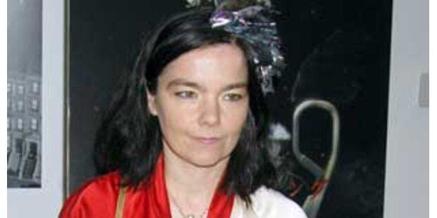 Björk stürzte sich auf Fotograf und zerriss Hemd