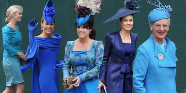 Hochzeitsgäste in Royalblau