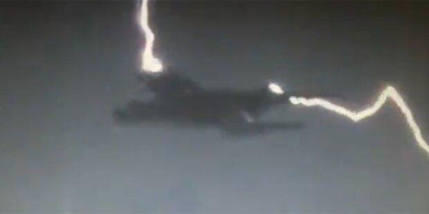 Blitze schlagen in fliegenden Airbus ein