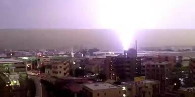 Spektakulär: Blitz schlägt in Zug ein