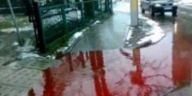 Straßen von Ort mit Blut überflutet