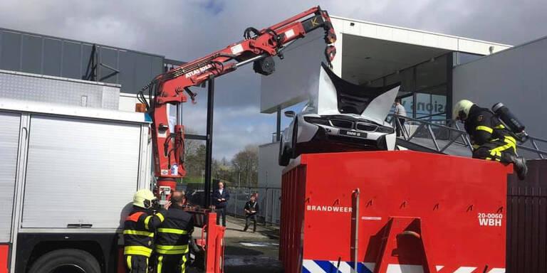 Feuerwehr versenkt teuren BMW-Sportwagen