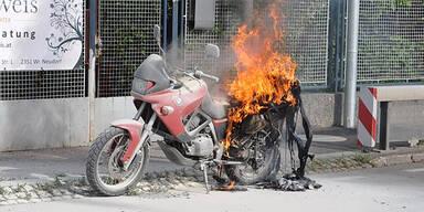 Motorrad geht während Fahrt in Flammen auf