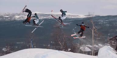 Schifahrer spielen Fußball auf Piste