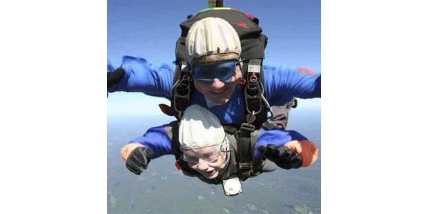 Fallschirmsprung zum 92. Geburtstag