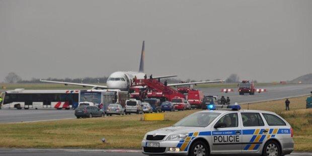 Bombe an Bord? Flug- zeug wird durchsucht