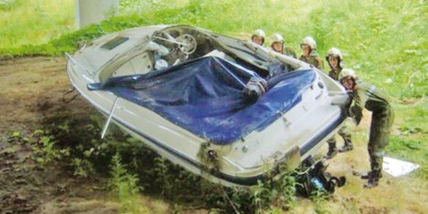 Unfall: Boot schoss über Brücke