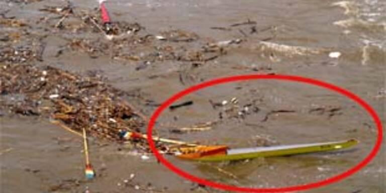Ein gekentertes Boot treibt in den Fluten