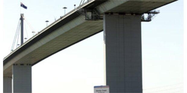 Australier warf kleine Tochter von Brücke