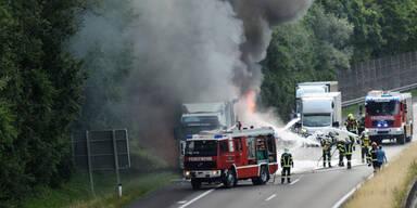 Spektakulärer Lkw-Brand auf Autobahn