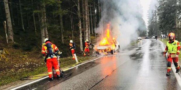 Pkw mit Hybrid-Antrieb ging während Fahrt in Flammen auf