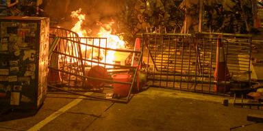 Pfeile und Benzinbomben bei Protesten in Hongkong