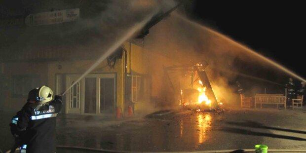 Großeinsatz bei Brand in Rasthaus