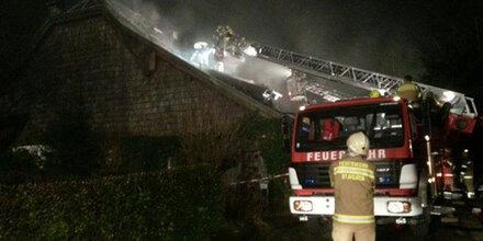 300 Jahre altes Holzhaus in Brand